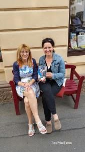 links: Conny Prinz von der Buchhandlung Idstein, rechts: Heike Larsen die Gewinnerin
